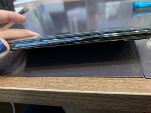 バッテリーが膨張して画面が浮いたiPhoneX