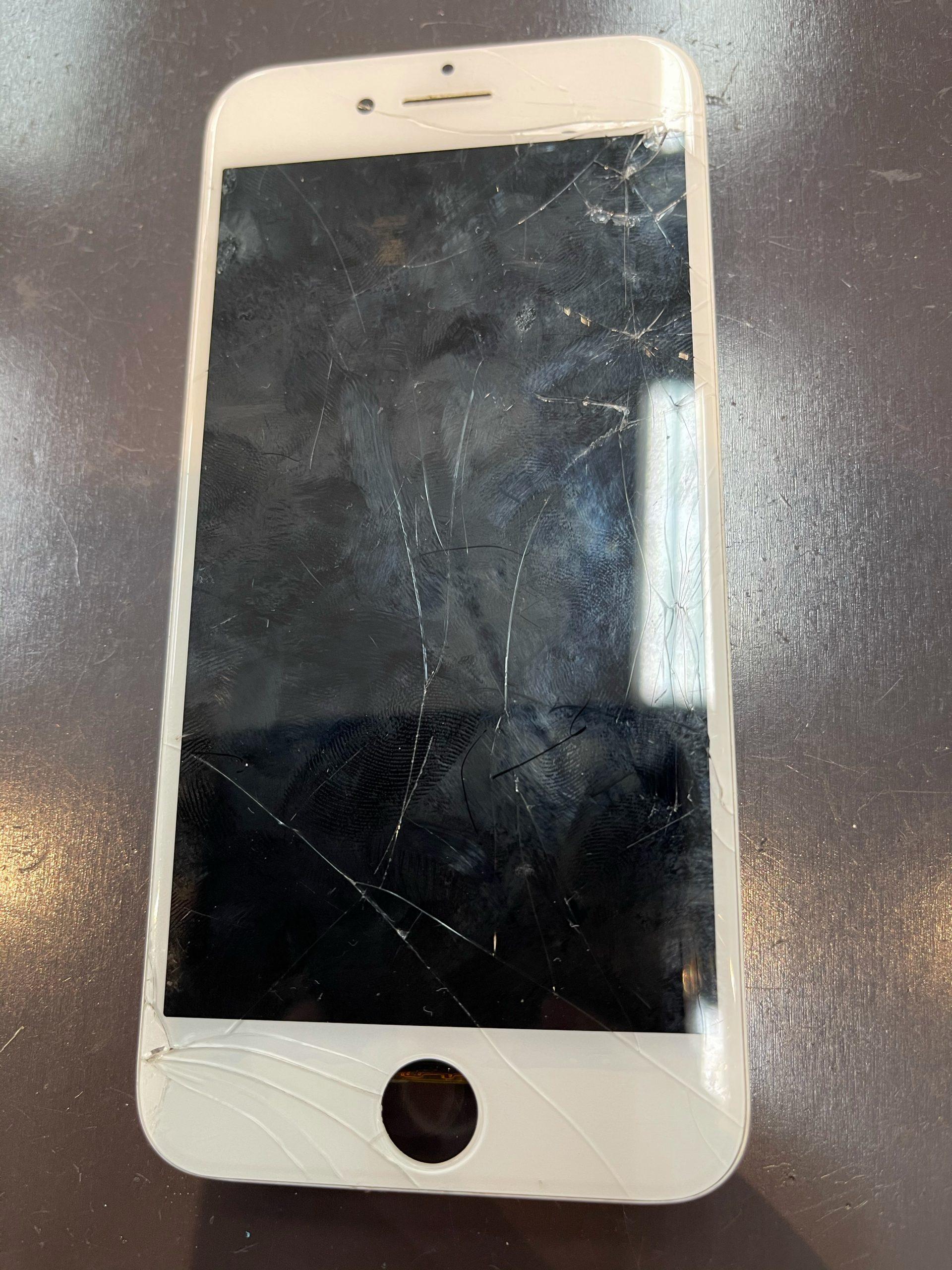 【iPhone8】バキバキに画面割れ。〈佐賀市よりご来店〉