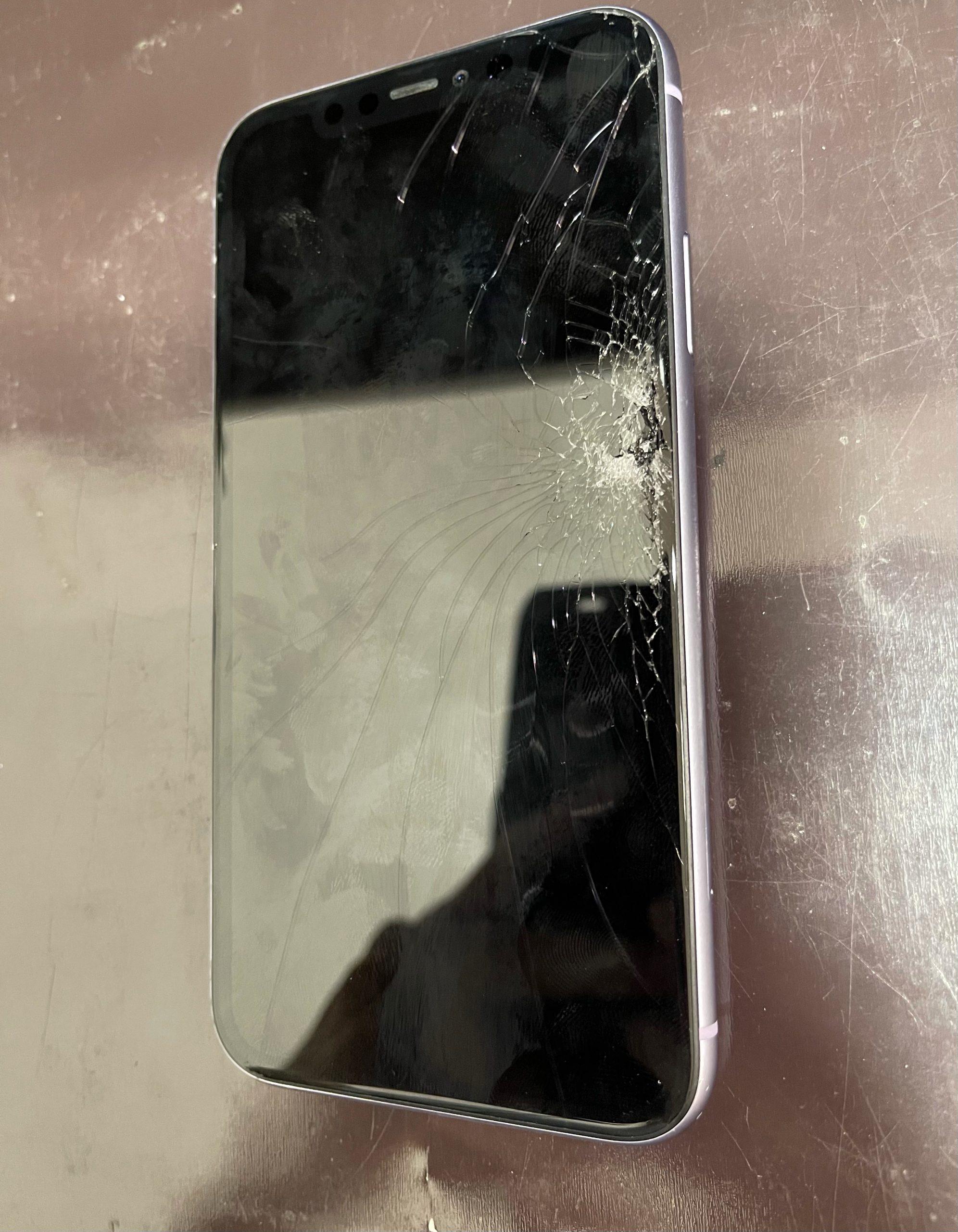 【iPhone11】画面が割れてしまった。≪久留米市よりご来店≫